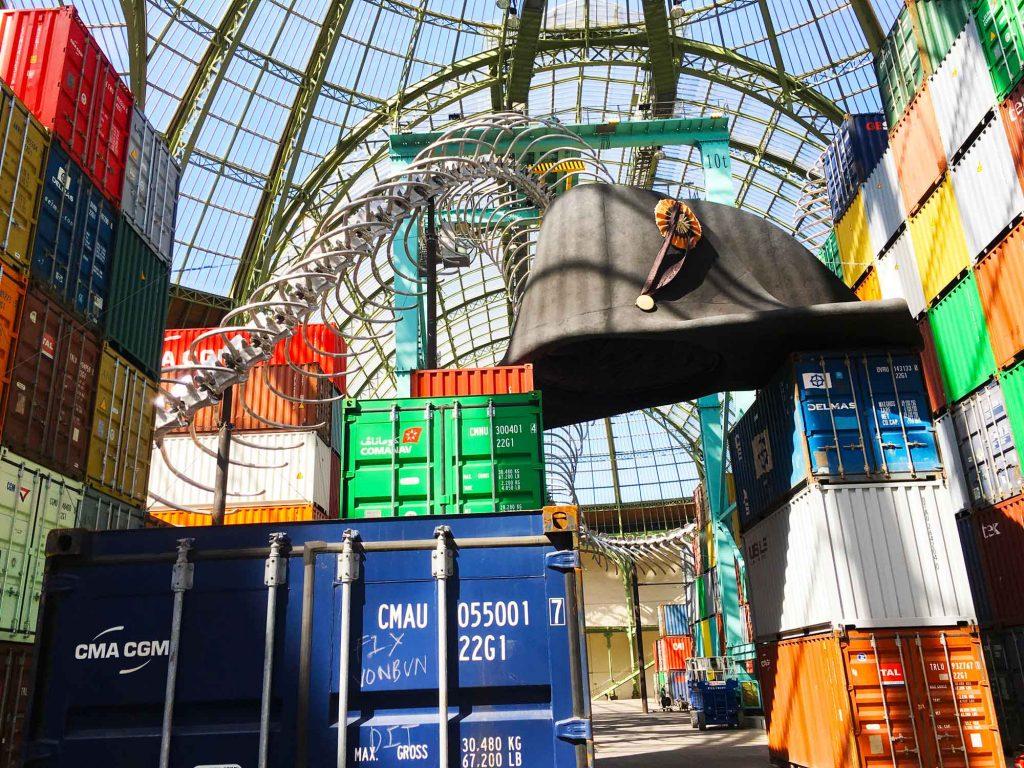 Containers, squelette géant de serpent, coiffe style empire de Monumenta Empire oeuvre de l'artiste Huang Yong Ping