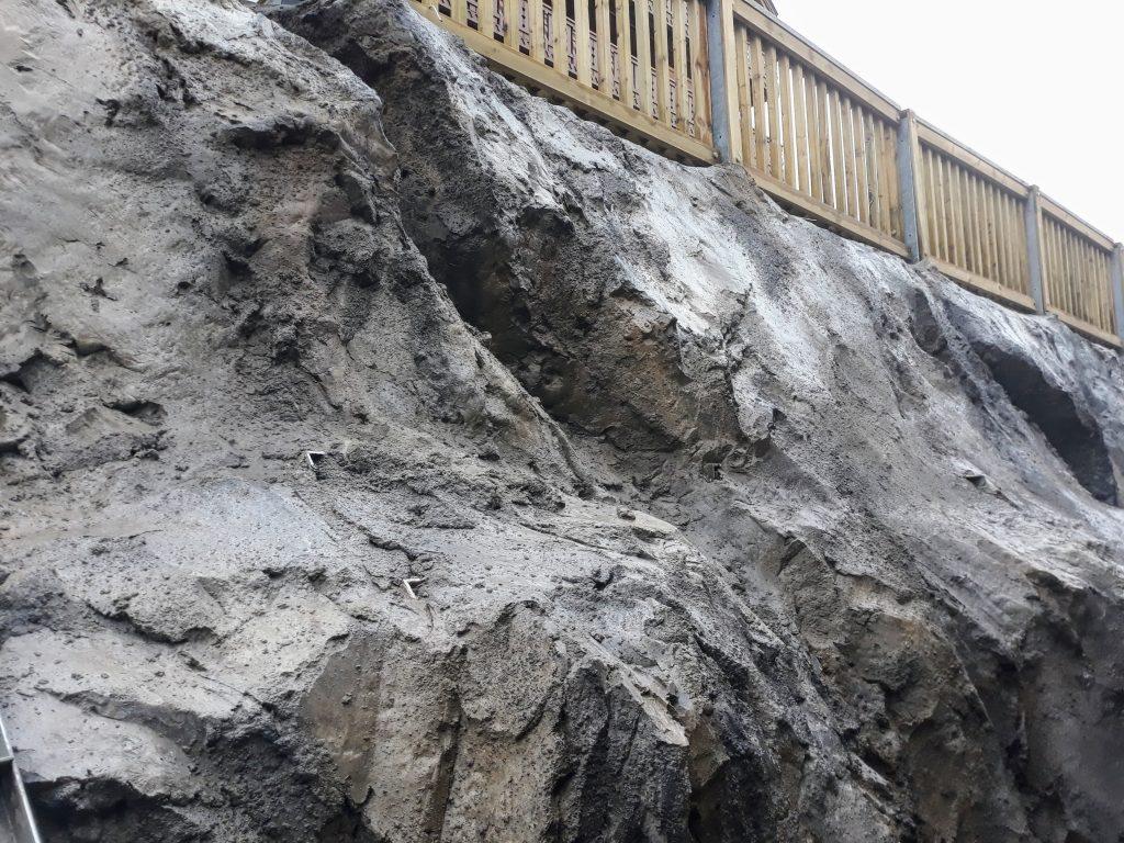camouflage d'une paroi cloutée en faux rochers à Meribel